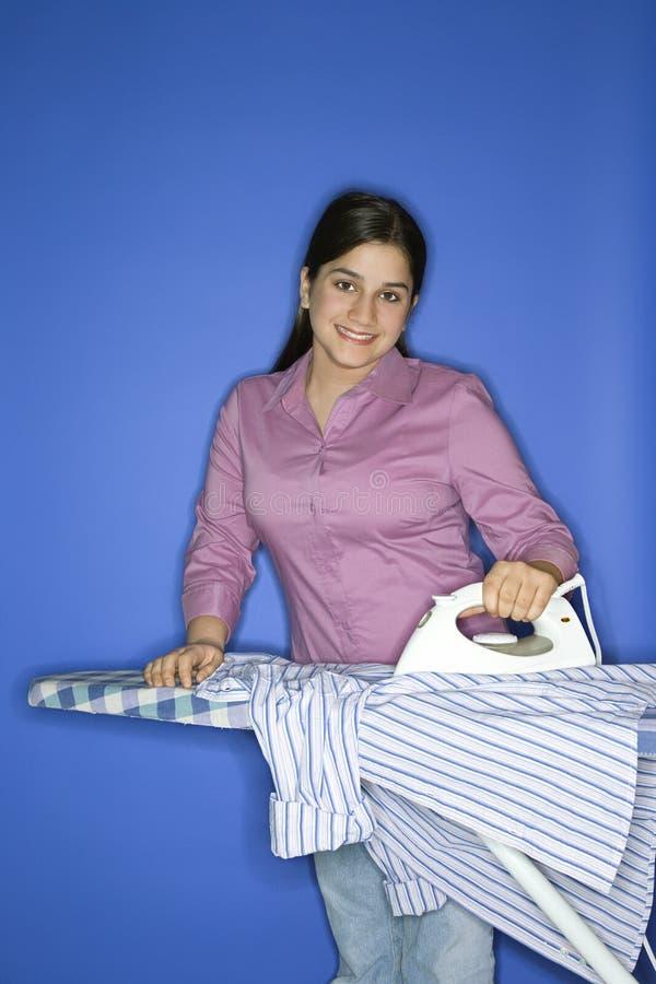 teen flickastrykningskjorta arkivbild