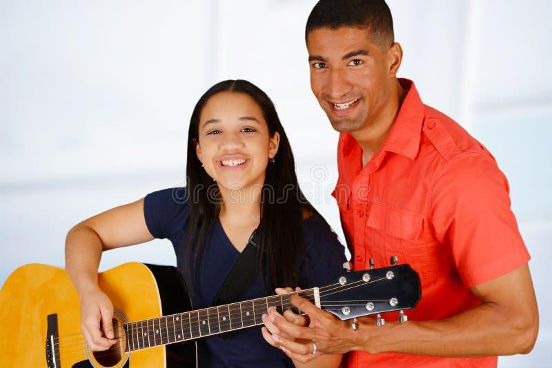 teen gitarrspelare arkivfoton