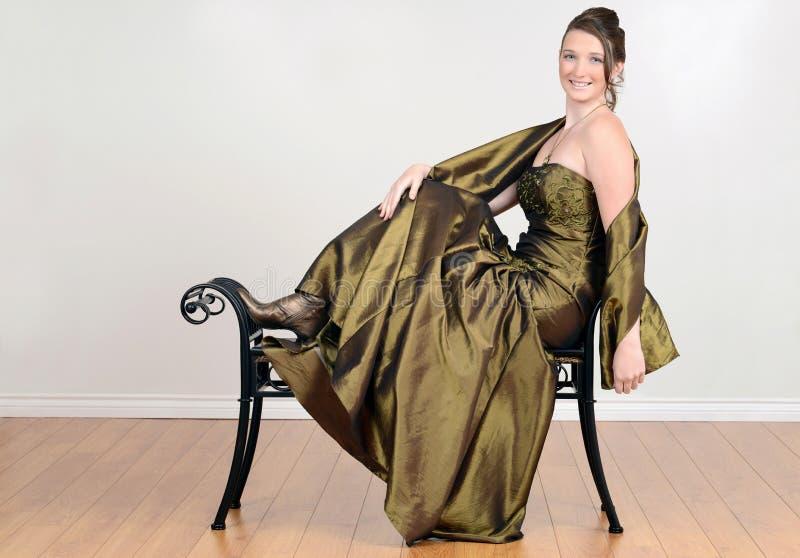 Teen i utsmyckat grönt koppla av för klänning royaltyfria foton