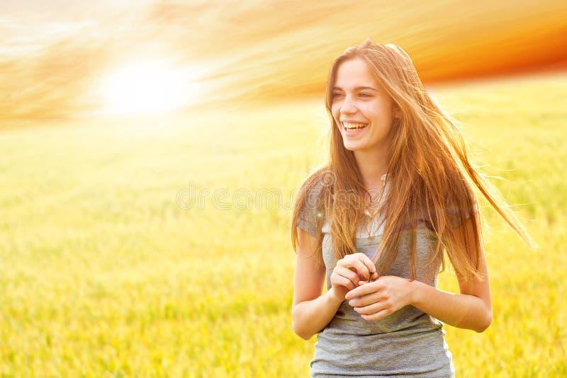 teen lycklig yttersida för flicka royaltyfri foto