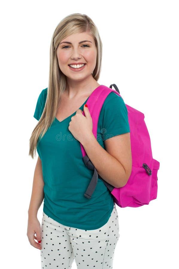 Teen posera med rosa färgryggsäck royaltyfri fotografi