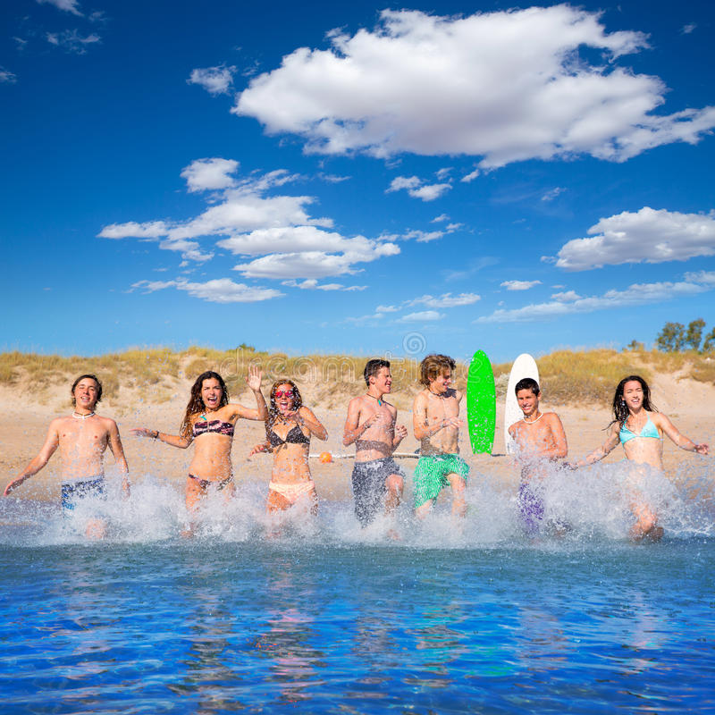 Free Teen Surfers Group Running Beach Splashing Royalty Free Stock Photography - 33311737
