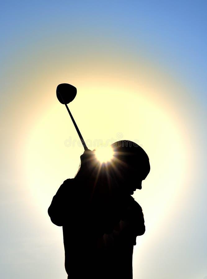 teen sväng för silhouette för klubbaflickagolf arkivfoto