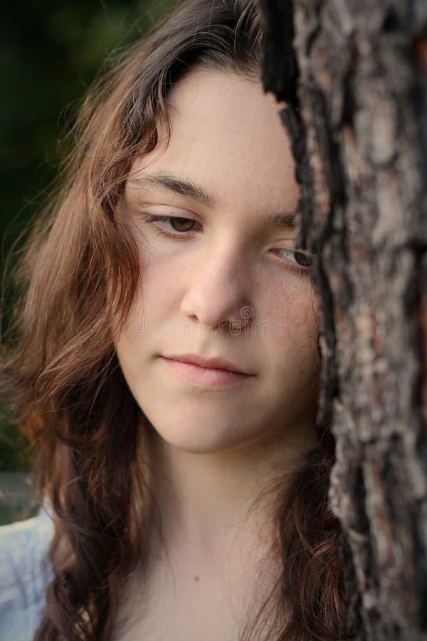 teen tryckt ned flicka arkivfoton