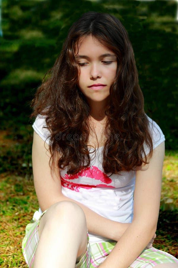 teen tryckt ned flicka royaltyfria foton