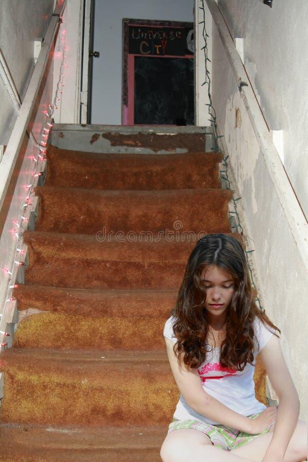 teen tryckt ned SAD trappa för flicka royaltyfri foto