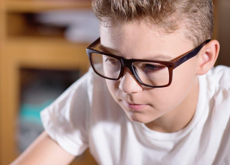 teen working för pojkebärbar dator arkivfoton