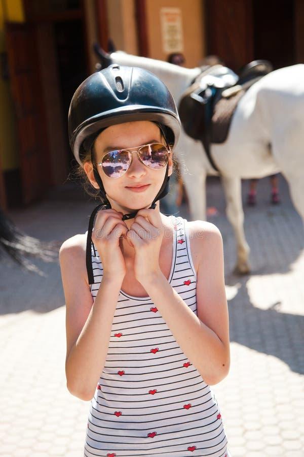 Teenaged dziewczyna jest ubranym jej hełm przed trenować obraz royalty free