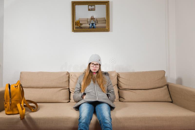 Teenaged dziewczyny obsiadanie na kanapa ranku przed iść szkoła - ranki są trudni zdjęcie royalty free