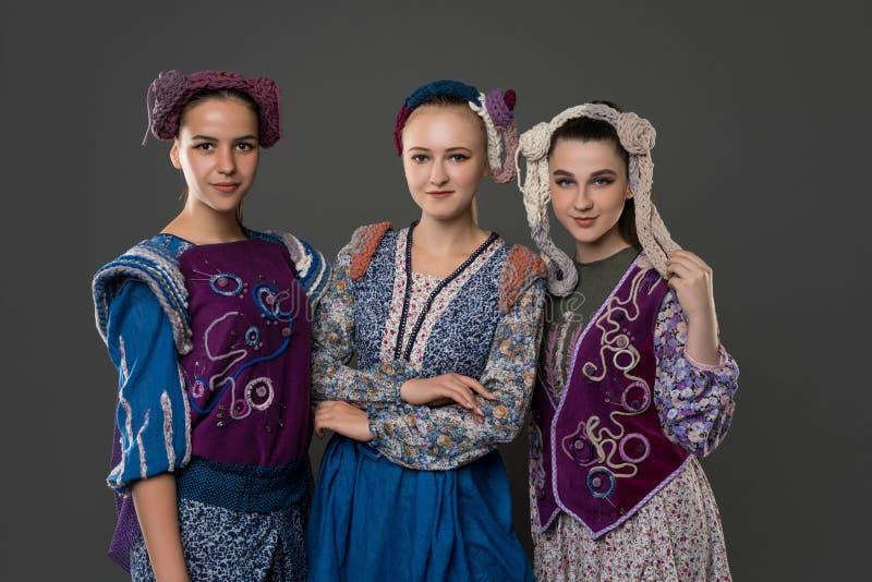 Teenaged dziewczyny w oryginalnych kostiumach i kapeluszach zdjęcia stock