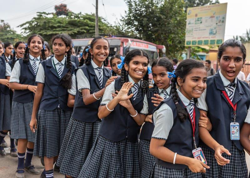 Teenaged szkolne dziewczyny przy Karnataka Rajyotsava Paradują, Mellahalli zdjęcia royalty free