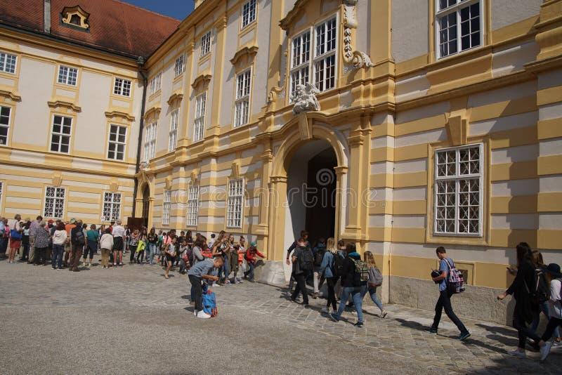 Teenaged ucznie opuszczają opactwo szkoły zdjęcie stock