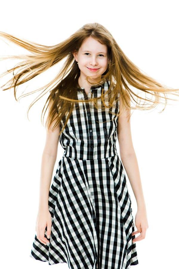 Teenaged vorbildliches Mädchen mit den langen geraden fliegenden Haaren lizenzfreie stockfotos
