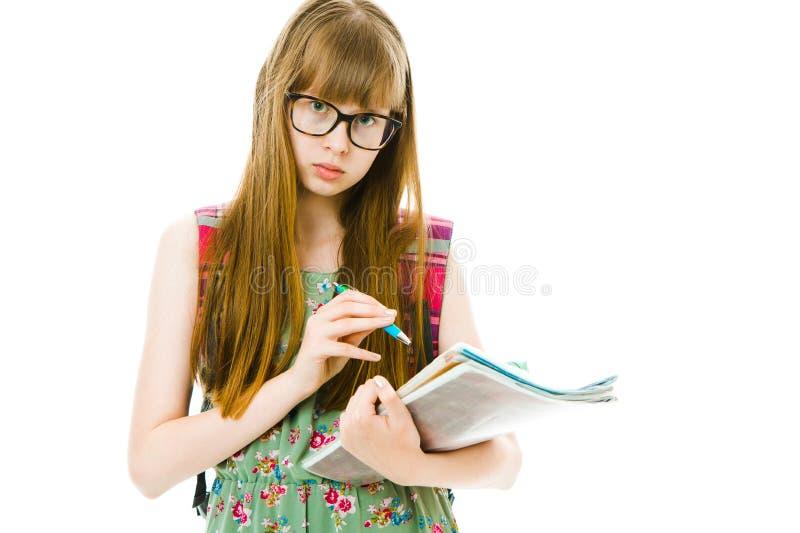 Teenagedstudente in groene kleding met boekjes - nota's royalty-vrije stock foto's
