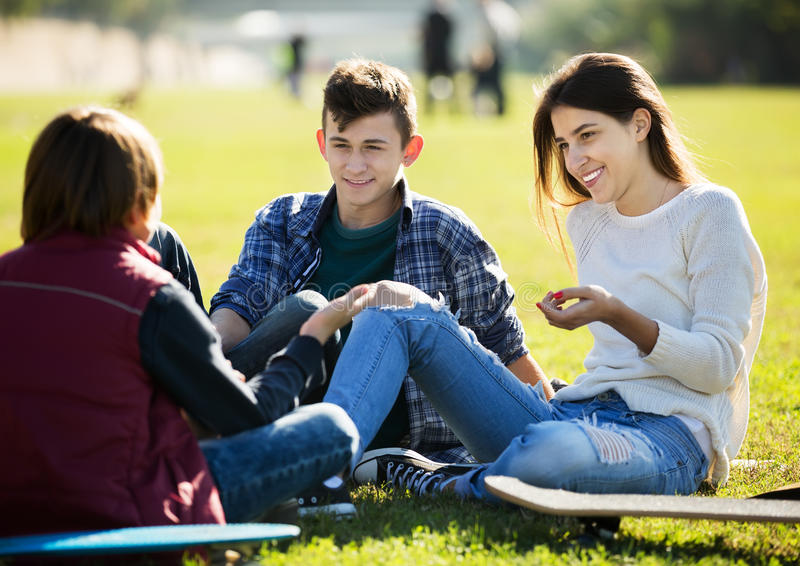 Teenagees gawędzić plenerowy fotografia stock