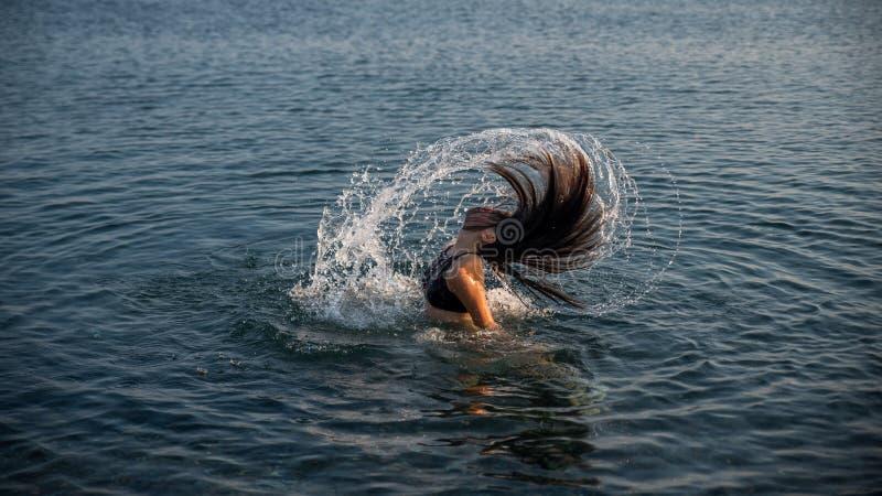 Teenager in acqua che lancia i suoi capelli fotografie stock libere da diritti