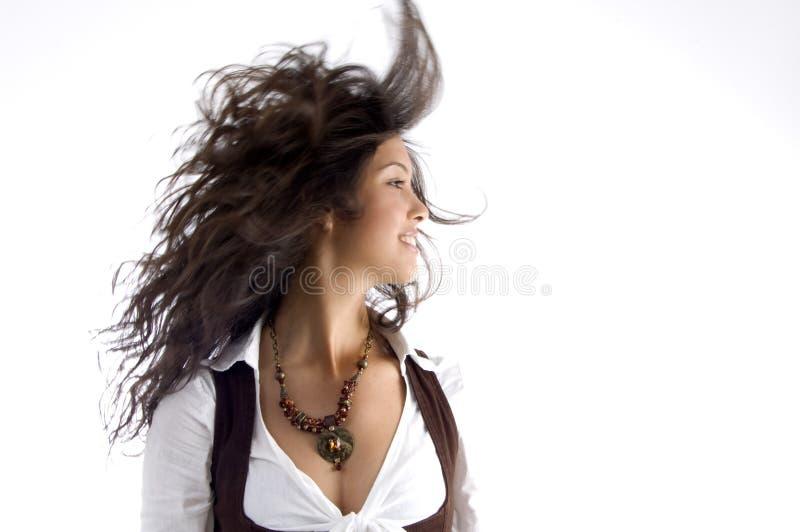 Teenager alla moda con i suoi capelli che fluttuano in aria fotografia stock