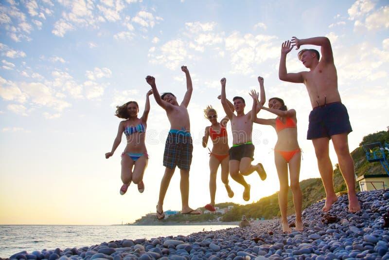 Teenager auf Strand stockfotografie
