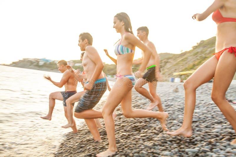 Teenager auf Strand lizenzfreies stockbild