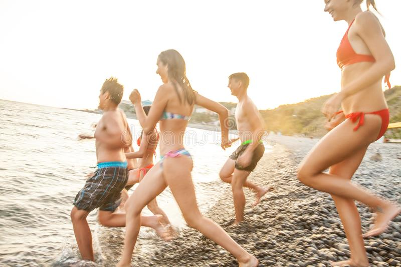 Teenager auf Strand stockfoto
