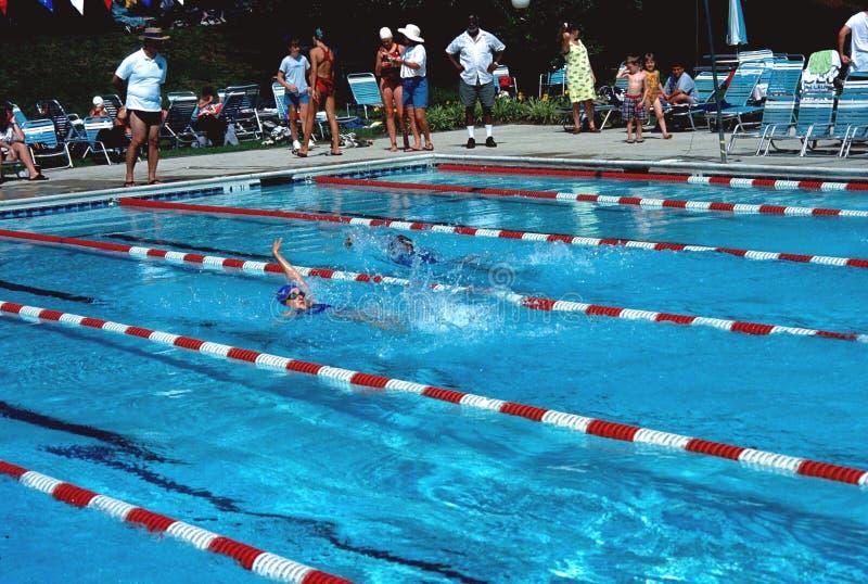 Teenager, der das Schwimmen für ein Schwimmentreffen übt stockbild