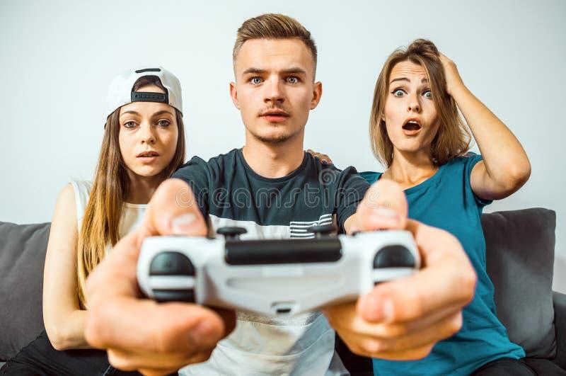 Teenager, der den Spaß spielt Videospiel hat lizenzfreies stockfoto