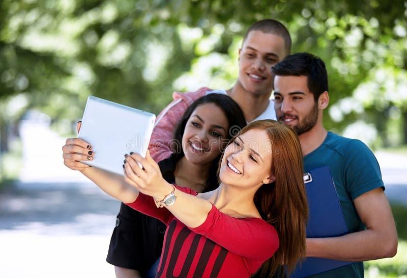 Teenager, der draußen selfie nimmt lizenzfreie stockfotografie