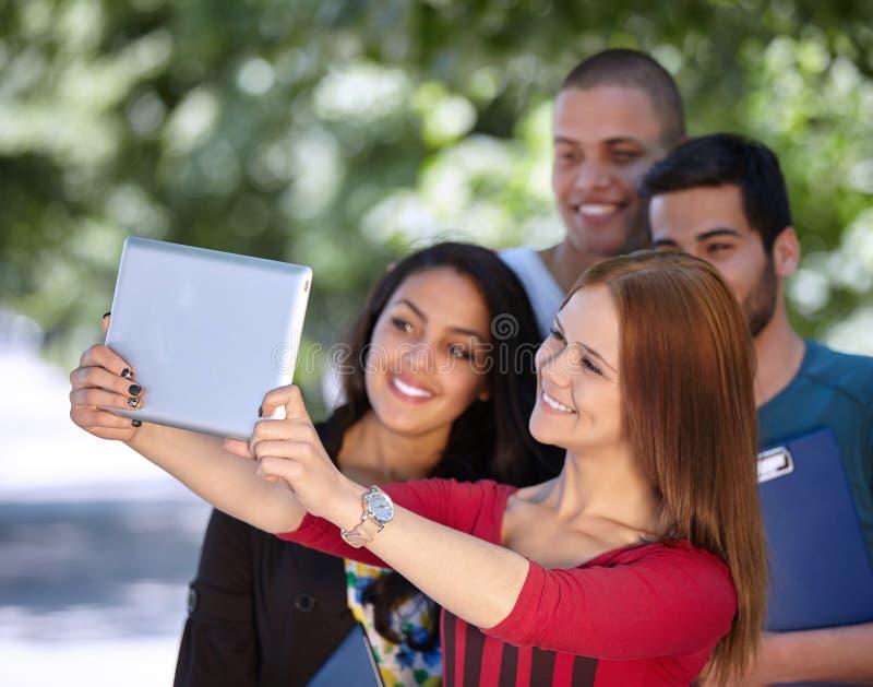 Teenager, der draußen selfie nimmt lizenzfreies stockfoto