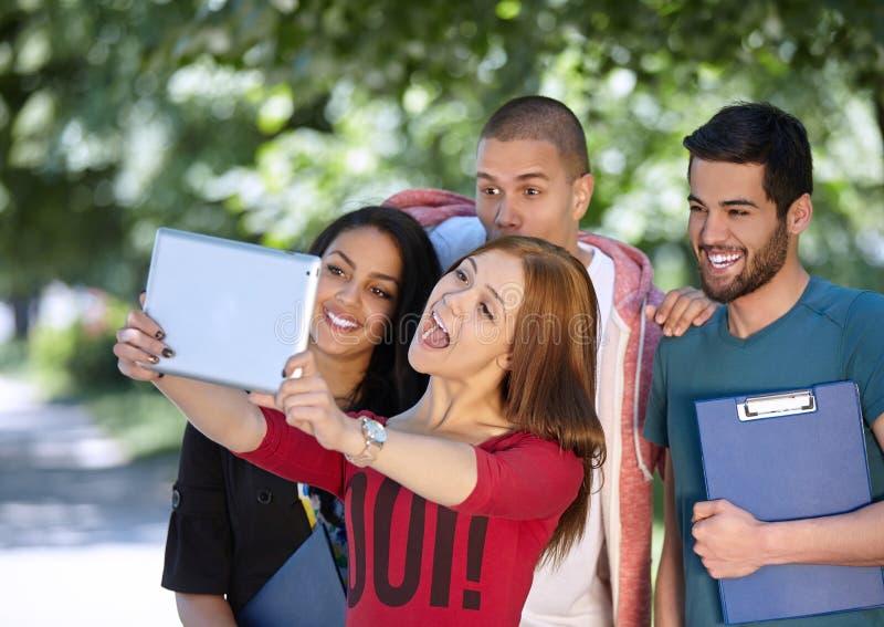 Teenager, der draußen selfie nimmt stockfoto