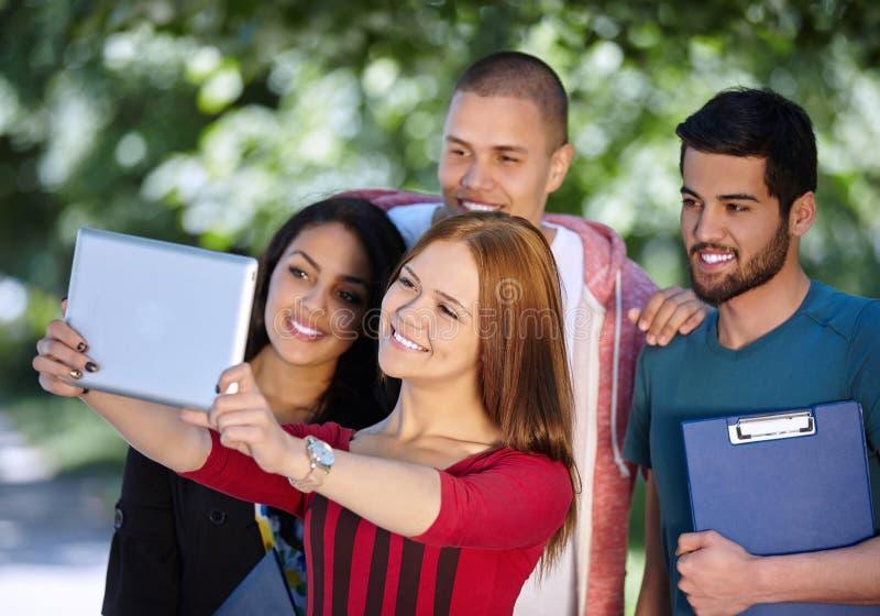 Teenager, der draußen selfie nimmt lizenzfreie stockbilder