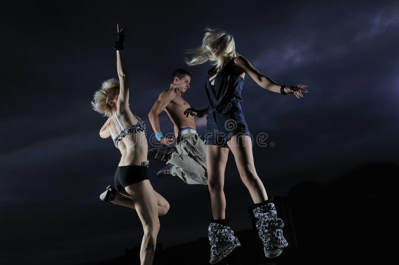 Teenager, der in einer Luft betriebsbereit zur Party springt stockbild