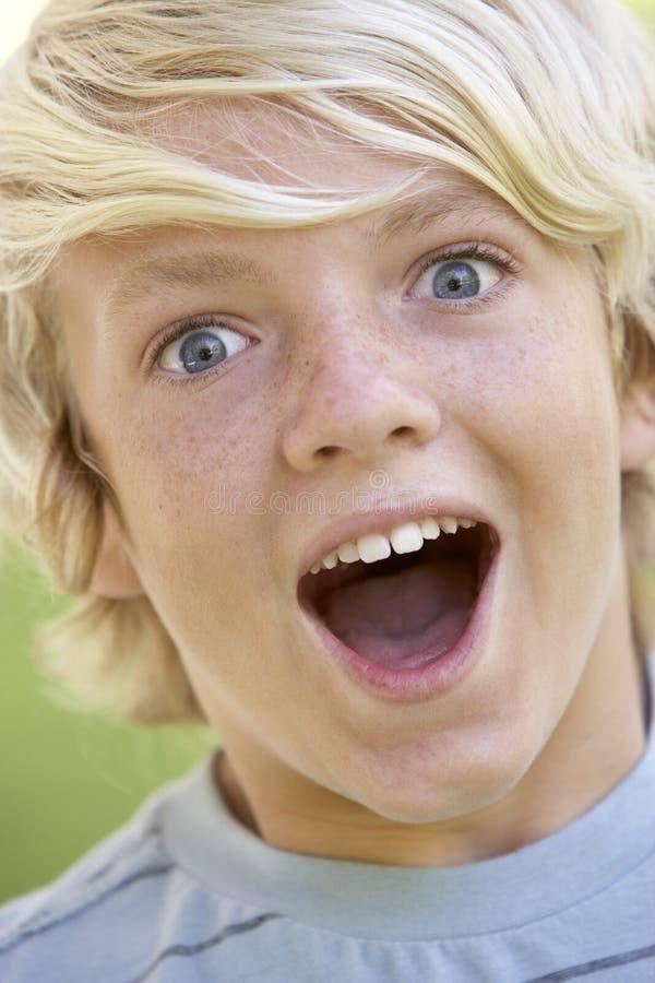 Teenager, der erregt schaut lizenzfreie stockfotos