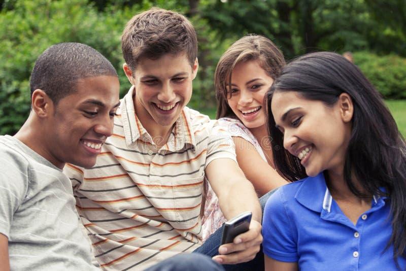 Teenager, der heraus zusammen hängt lizenzfreie stockfotos
