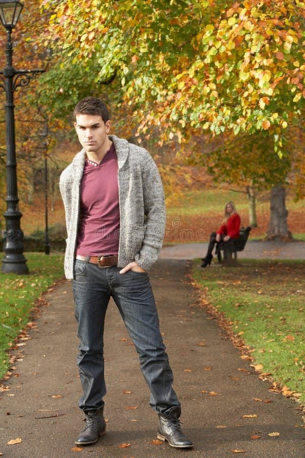 Teenager, der im Herbst-Park mit Frau steht lizenzfreie stockbilder