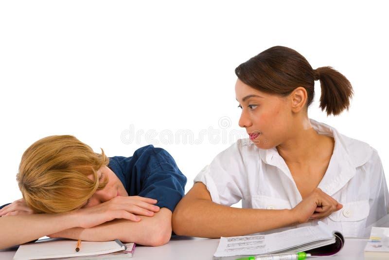 Teenager, der im Klassenzimmer schläft stockbild