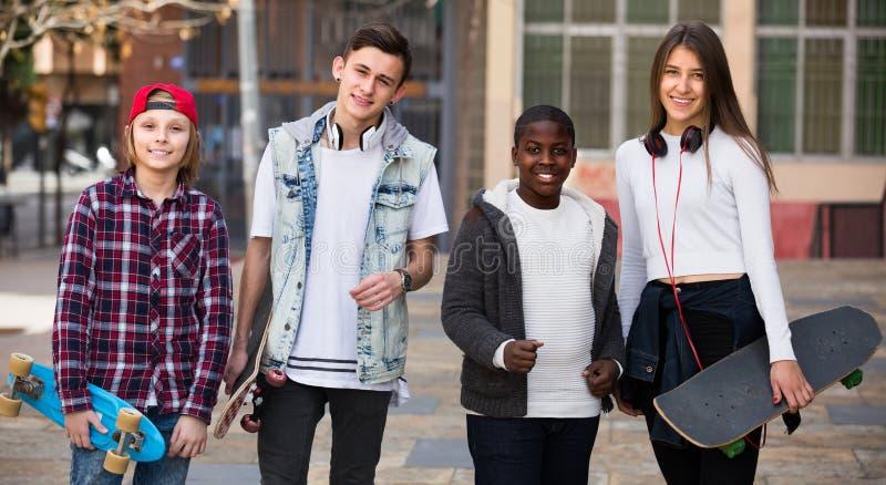 Teenager, der nahe Fahrrädern plaudert lizenzfreies stockfoto