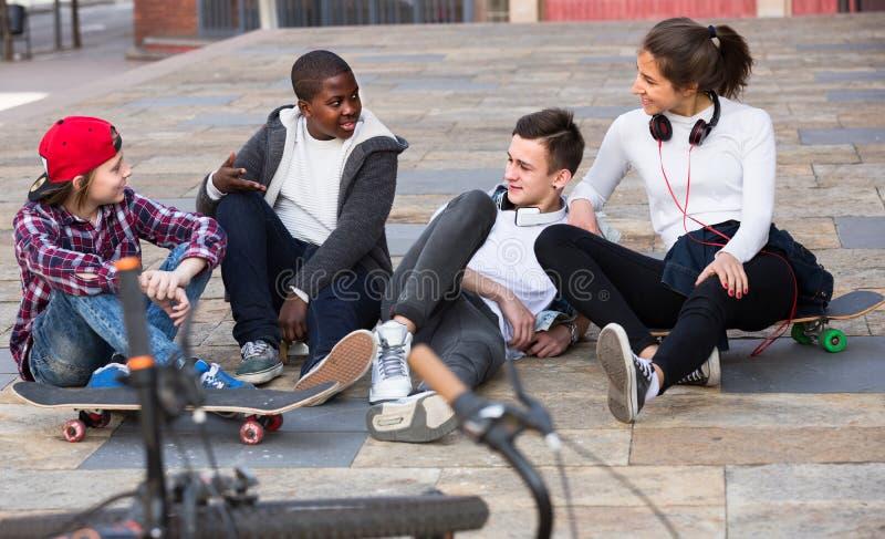 Teenager, der nahe Fahrrädern plaudert stockfotografie