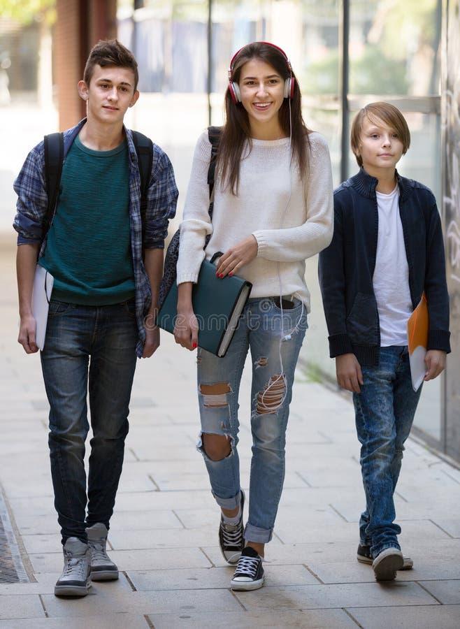Teenager, der zur Schule mit Papieren geht lizenzfreie stockbilder