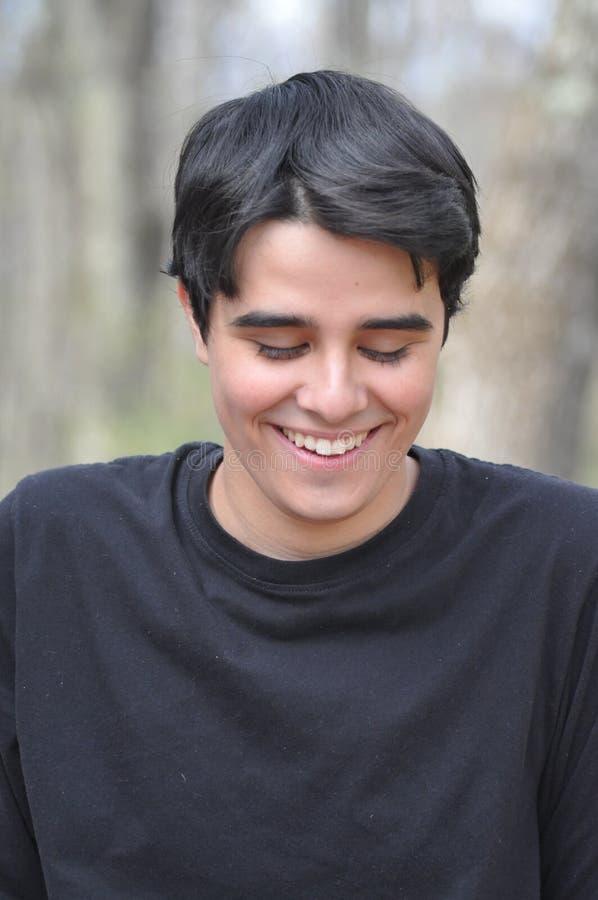 Teenager dolce e bello con un'espressione timida e schietta immagini stock