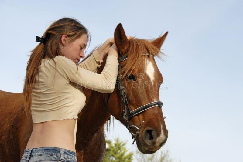 Teenager e cavallo immagini stock libere da diritti