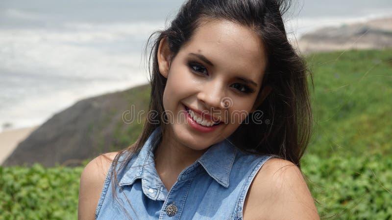 Teenager femminile felice all'aperto immagini stock