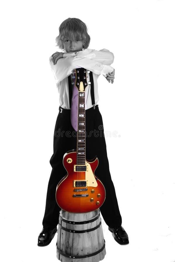 Teenager freddo con la chitarra fotografie stock libere da diritti