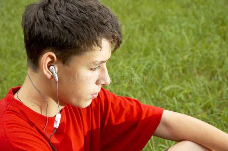 Teenager hört zum MP3-Player stockbild