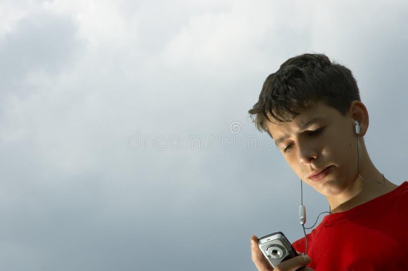Teenager hört zum MP3-Player stockbilder