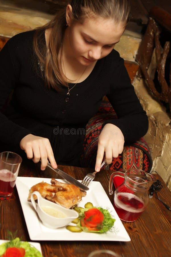 Teenager mangia il tabaka del pollo immagine stock libera da diritti
