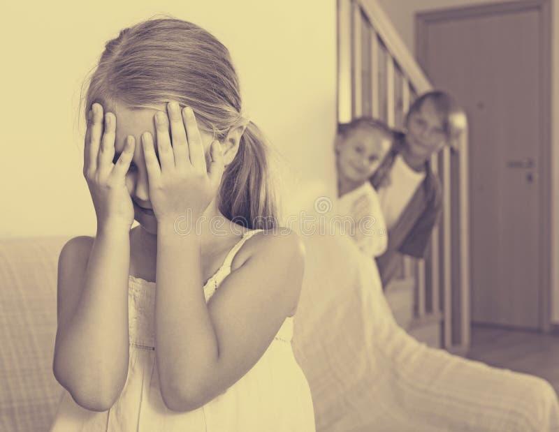 Teenager mit den Schwestern, die Fell-und-gehensuchvorgang spielen stockfotos