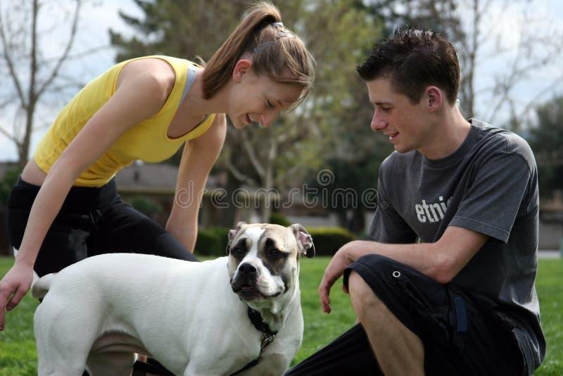 Teenager mit einem Hund lizenzfreies stockbild