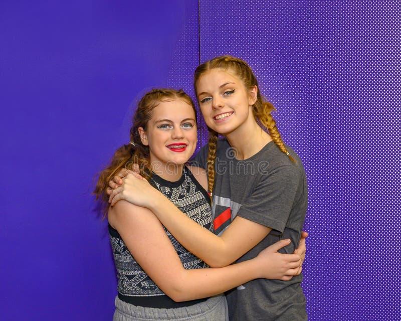 Teenager-Schwestern, die nach ihrer Tanzaufführung in Saint Louis, Missouri, liebevoll umarmt vektor abbildung