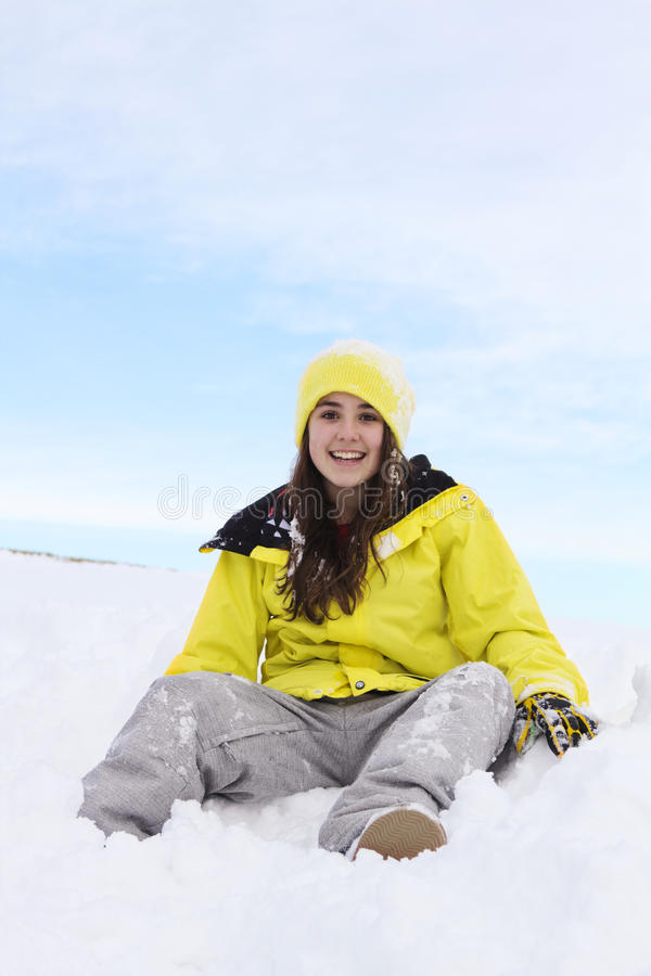 Teenager sieda in neve immagini stock