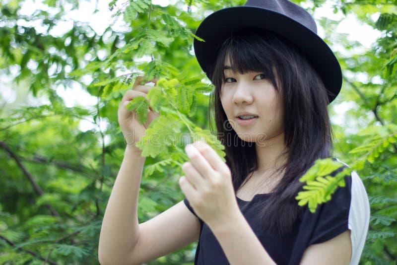 Download Teenager Tailandese Delle Donne Dell'Asia Si Rilassa Sul Parco Fotografia Stock - Immagine di background, lifestyle: 55357850